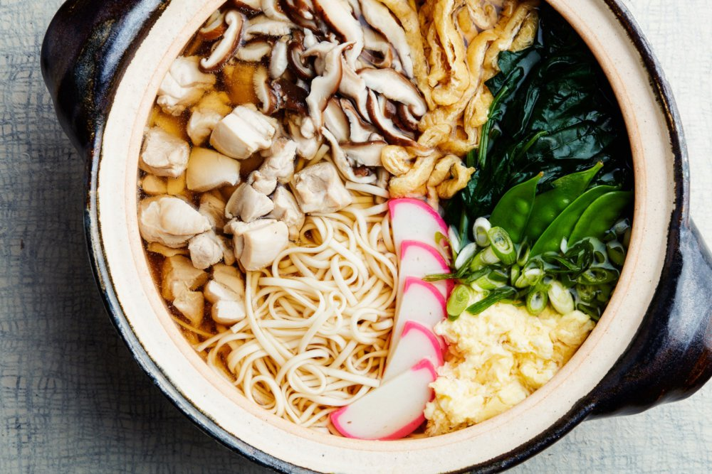 Nabeyaki Udon Soup With Chicken, Spinach, and Mushrooms
