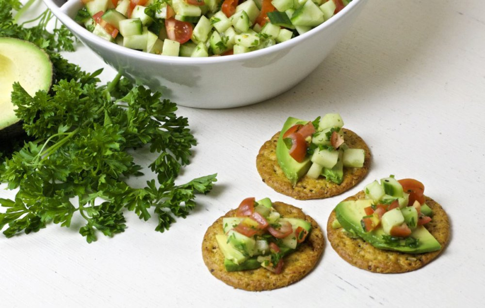 Crackers with Cucumber Relish