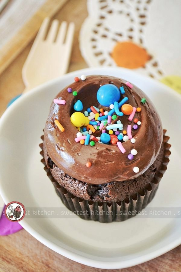 Chocolate Cupcakes With Fudge Frosting